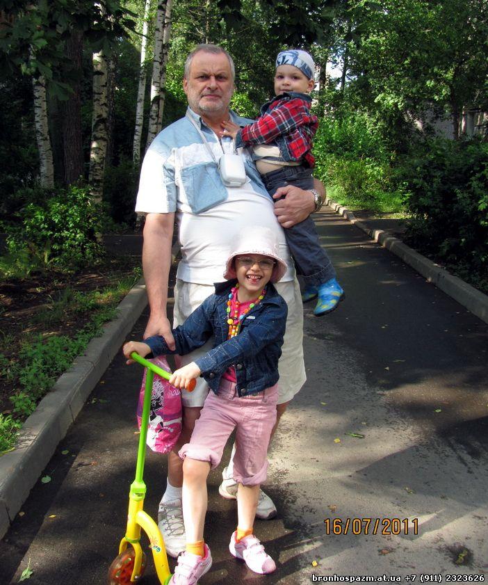 Доктор аллерголог Иосиф Хусенский со чвоими детьми